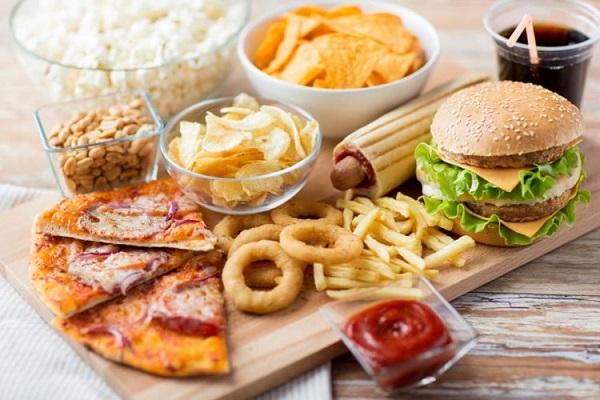 không nên ăn thức ăn nhanh khi thức khuya xem bóng đá